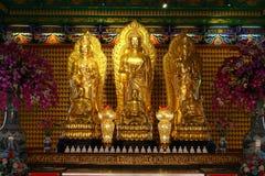 Estatua de oro de buddha en templo chino en Tailandia Foto de archivo libre de regalías