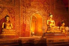 Estatua de oro de buddha en templo tailandés Imágenes de archivo libres de regalías