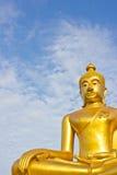 Estatua de oro de Buddha en un templo budista Fotos de archivo
