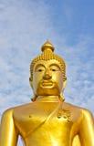 Estatua de oro de Buddha en un templo budista Imagenes de archivo