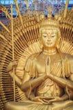 Estatua de oro de Guan Yin con 1000 manos Guanyin o Guan Yin i Imagenes de archivo