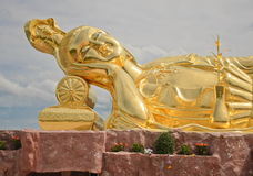 Estatua de oro de Guan Yin The Goddess Of Compassion en budismo chino Foto de archivo