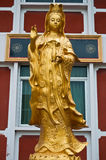 Estatua de oro de Guanyin Imagen de archivo
