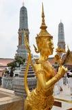 Estatua de oro de Kinnari en el palacio magnífico Foto de archivo