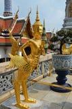 Estatua de oro de Kinnari en el palacio magnífico Fotos de archivo