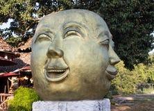 Estatua de oro de la cara de la sonrisa Imágenes de archivo libres de regalías