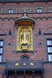 Estatua de oro de obispo Absalon, el fundador de Copenhague, en la pared ayuntamiento Copenhague dinamarca imágenes de archivo libres de regalías