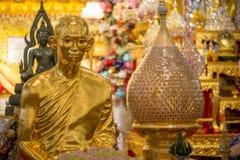 Estatua de oro de rey Bhumibol Adulyadej durante monacato Fotografía de archivo