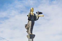 Estatua de oro de St Sofía en Sofía, Bulgaria Imagenes de archivo