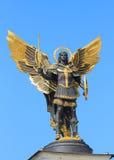 Estatua de oro del arcángel Michael en Kiev Fotografía de archivo