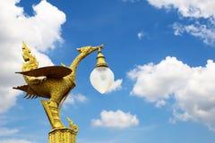 Estatua de oro del cisne en el cielo azul Fotos de archivo