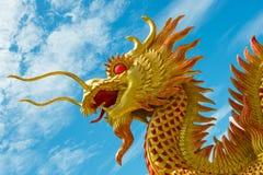 Estatua de oro del dragón Foto de archivo libre de regalías
