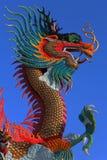 Estatua de oro del dragón del estilo chino Foto de archivo libre de regalías