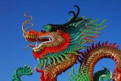 Estatua de oro del dragón del estilo chino Fotografía de archivo libre de regalías