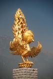 Estatua de oro del frente de Phoenix un templo de Chongsheng. Foto de archivo