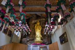 Estatua de oro del guanyin en la ermita de Gujoel Pokpoam, el templo budista viejo empleado el acantilado de piedra de la montaña Imagenes de archivo