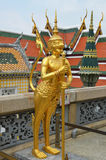 Estatua de oro del guarda gigante en palacio magnífico Fotos de archivo libres de regalías