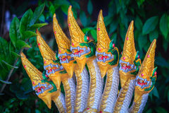 Estatua de oro del jefe siete de la fuente del Naga que adornó en t Fotos de archivo libres de regalías