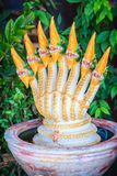 Estatua de oro del jefe siete de la fuente del Naga que adornó en t Imágenes de archivo libres de regalías