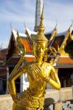 Estatua de oro del kinnon (kinnaree) Foto de archivo libre de regalías