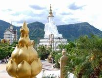 Estatua de oro del loto y de Buda de 5 blancos Foto de archivo