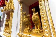 Estatua de oro del pollo en ventana Imágenes de archivo libres de regalías
