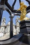 Estatua de oro delante de la abadía de Einsiedeln en Suiza Imágenes de archivo libres de regalías