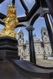 Estatua de oro delante de la abadía de Einsiedeln en Suiza Imagen de archivo libre de regalías