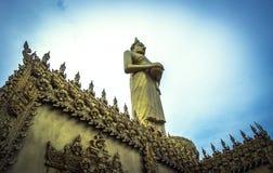 Estatua de oro derecha de Buda en Wat Paknam Jolo, Bangkhla, provincia de Chachoengsao, Tailandia imagen de archivo libre de regalías