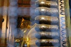 estatua de oro de descanso de Buda en el pho del wat en Bangkok, Tailandia imágenes de archivo libres de regalías