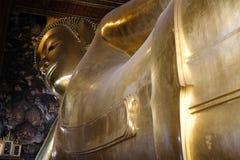 estatua de oro de descanso de Buda en el pho del wat en Bangkok, Tailandia imagen de archivo