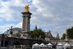 Estatua de oro en Pont Alejandro III, tejado magnífico de Palais, visión desde el río de Siene Foto de archivo libre de regalías