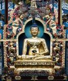 Estatua de oro de Gautam Buddha en el monasterio de Namdroling en Bylakuppe, Karnataka, la India Imagen de archivo
