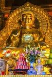 Estatua de oro gigante de Buda en templo con la oferta de Coca-Cola adentro para Foto de archivo libre de regalías