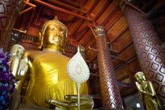 Estatua de oro grande de Buda dentro de la capilla imagen de archivo libre de regalías