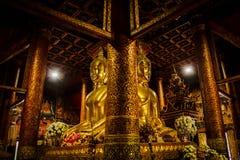 Estatua de oro grande de Buda en el medio del pasillo fotografía de archivo libre de regalías