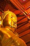 Estatua de oro grande de Buda en templo en el templo de Panan Choeng Foto de archivo libre de regalías