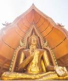 Estatua de oro grande de Buda en Wat Tham Suea, Kanchanaburi, Thailan foto de archivo libre de regalías