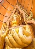 Estatua de oro grande de Buda en Wat Tham Suea, Kanchanaburi, Thailan imagenes de archivo