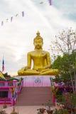 Estatua de oro grande de Buda sobre el cielo blanco y azul escénico en Wat S Imágenes de archivo libres de regalías