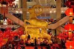 Estatua de oro de la cabra en el año de Kuala Lumpur Malaysia The del pabellón de la cabra 2015 imagen de archivo