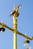 Estatua de oro tailandesa del cisne en templo público Imagenes de archivo