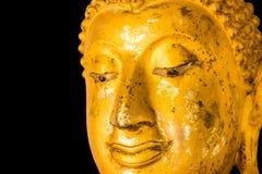 Estatua de oro vieja de Buda en fondo negro. imagenes de archivo