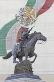 Estatua de Pancho Villa que señala a caballo el arma Fotografía de archivo