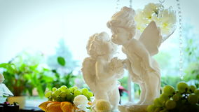 Estatua de pequeños ángeles que se besan almacen de video