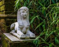 Estatua de piedra blanca en un jardín, decoraciones egipcias tradicionales de la esfinge imagen de archivo libre de regalías