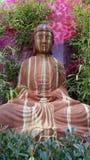 Estatua de piedra de Buda en jardín Fotografía de archivo