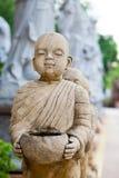 Estatua de piedra de un principiante. imagen de archivo