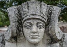 Estatua de piedra de una mujer con la cara del faraón Foto de archivo libre de regalías