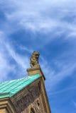 Estatua de piedra del león con el cielo azul Castillo en Eisenach, Alemania de Wartburg Foto de archivo libre de regalías
